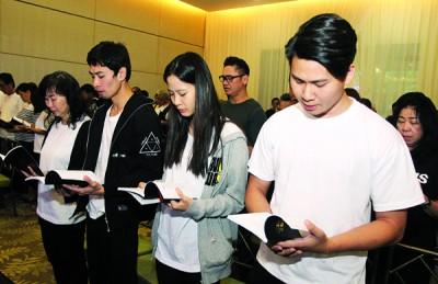 傅志坚遗孀钟玉英与3名儿女,(左起)大儿子傅家耀、小女儿傅文倩和傅镓尧,演唱圣歌送别坚叔。