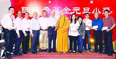 陈凯希(左6)小聚不忘乐善好施,与各捐款受惠的单位或组织代表合影。