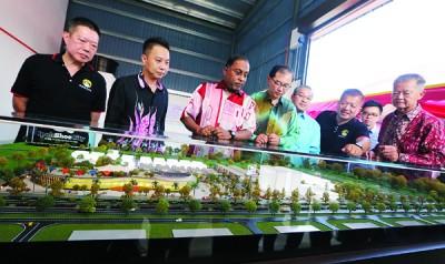 大臣赞比里(左3起)、马汉顺及卡查里观看鞋城的模型。
