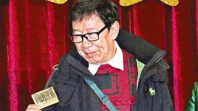 胡枫送上1964年的旧剪报作为贺礼。