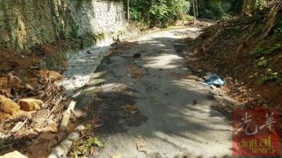 登山的柏油路沙石、树叶满地零落。