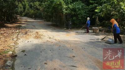 工人仍在清理登山的柏油路。