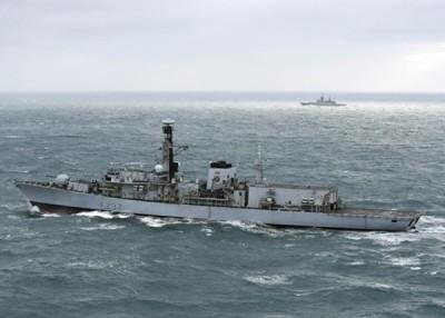 """""""威斯敏斯特号""""(左)监视驶近的俄罗斯军舰。"""