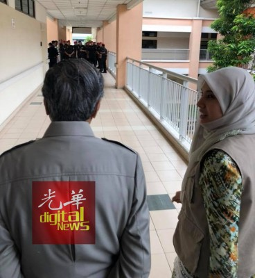 约30名狱卒在安华病房外驻守,马哈迪不得其门而入,只好由安华长女努鲁依萨陪同眺望。(图取自马哈迪脸书)