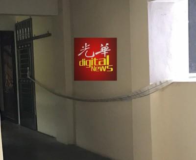 死者将软管绑在其他公寓单位的铁门,从8楼阳台悬下消防软管降至底层。