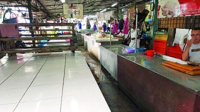 一些档口周遭杂物堆集,当局要求小贩注意卫生,并准备容器置放食材。