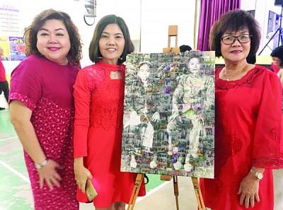 左起王碧娇、陈玉花、王碧云与祖父的大照片合影。