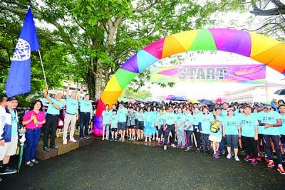参与者们蓄势待发,郑美珍(左2起)、沙里尔、童星存和郑金财为活动主持挥旗仪式。