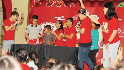 艺人与民众尽情投入玩游戏环节。