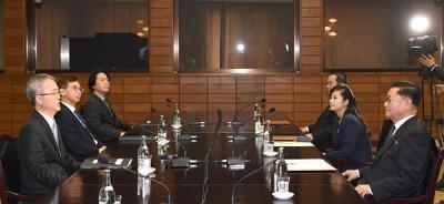 玄松月(右3)列席会议。(法新社照片)