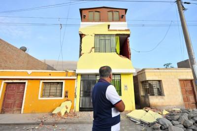 震央附近的房屋倒塌。(法新社照片)
