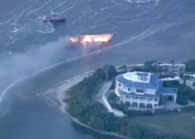 快艇在岸边起火。