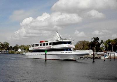 快艇本来正接载客人到赌船。