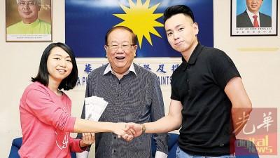 林小姐(左起)和张天赐希望能透过记者会还赖健得清白。