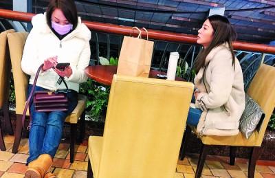 吴亚馨(右)和戴口罩的女儿现身京华城,如是于等待朋友。