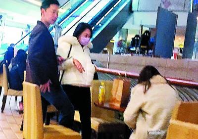 张承遭遇起了,1男性2女性准备进行电影约会。