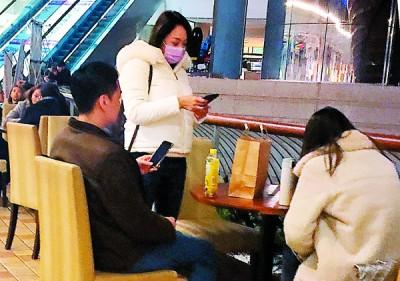 吴亚馨忙着回手机讯息,张承中乖乖坐于它们干等待。