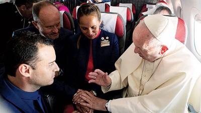 教宗(右)于航空公司负责人见证下主持仪式。(法新社照片)