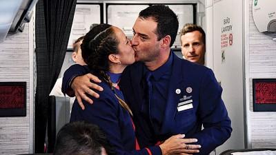 埃洛里加夫妇深情一吻。(法新社照片)