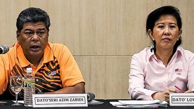 阿都阿基姆(左)与大马奥理会秘书拿督刘姳助在发布会上。