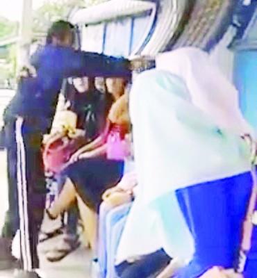 视频显示,一名男子因不满女子没戴头巾有违伊斯兰教义而掴了她一巴掌。