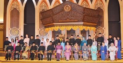 吉打州苏丹及苏丹后、王储及王储妃、州务大臣及一多王室成员合影。