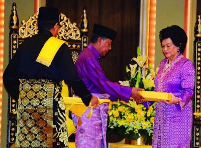 苏丹端姑沙烈胡被殿下(左2)通告D.K皇家勋衔予苏丹后端姑玛丽哈(右)。