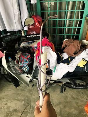 窃贼用她家的衣架来捆绑和衔接支架。
