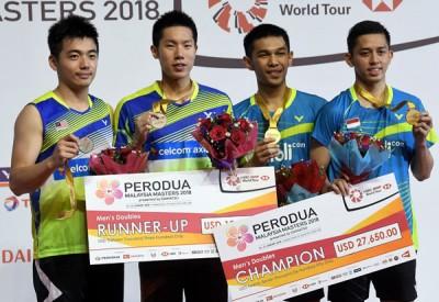 (左起)陈蔚强、吴蔚昇、法贾和里昂在大马大师赛颁奖台上合影。