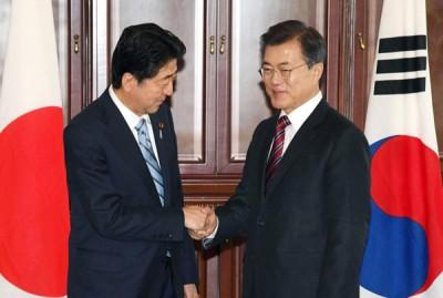 安倍晋三(左)愿意访韩时以及文在寅(右)举行会谈。