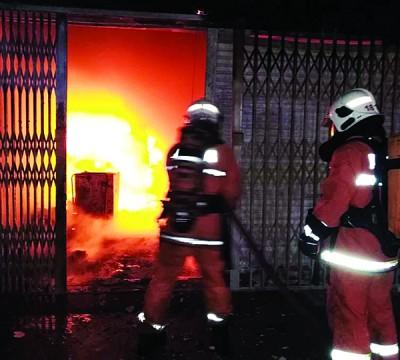 消拯员抵达时,店屋已陷入火海,消拯员忙射水灭火。