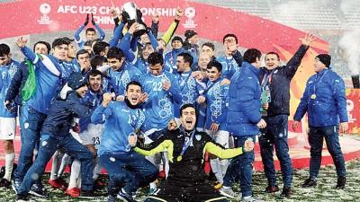 乌兹别克全队球员赛后激情庆祝夺冠。