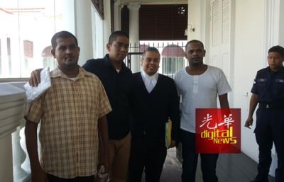 3名被告脸带微笑步出法庭,向代表律师胡赛尼致谢。