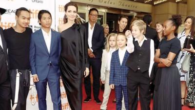 安祖莲娜祖莉(左三)平日独力照顾麦度斯(左起)、派克斯、薇薇安、诺克斯、希望萝和扎哈拉当6称男女。