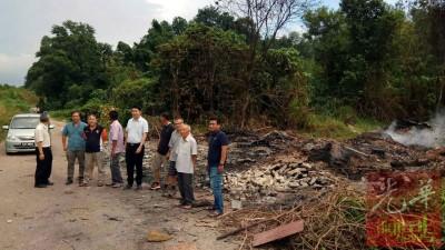 一群居民怒责缺德者焚烧化学废料的行为。