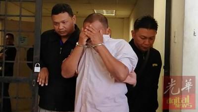 涉嫌贪污滥权的玻州水利灌溉局主任被押上亚罗士打法庭。