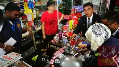执法人员也杂货店中搜出大量的廉价香烟,遭当局开出罚单及充公香烟。