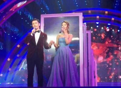 林心如与好友黄晓明在北京卫视春晚节目并肩合唱情歌。