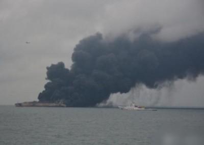 巴拿马籍油轮与港籍货船后漏油起火,黑烟冲天。