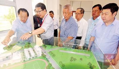 丹斯里郑福成(左)参观关中校园模型,右起为拿督郑生金、拿督林广有、王诚宗与林锦志,左为蔡若峰。