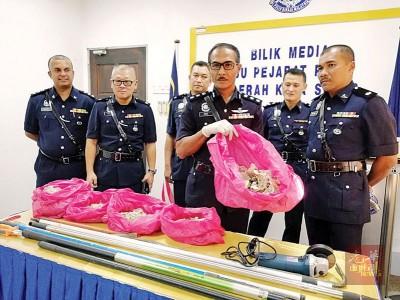 哥打士打县警区主任莫哈末罗兹展示起获的毛燕。