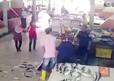 执法人员忽然发飙,放下鱼桶后还掀翻另一个盛鱼容器,让在场人士目瞪口呆。