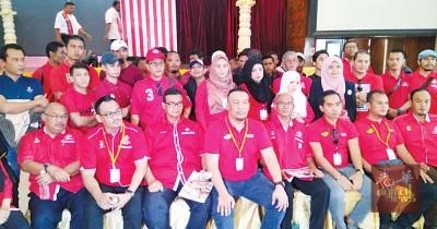 莫哈末沙鲁(前排左4):森州土团党的意愿是在森州角逐2国10州席。