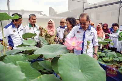 旺朱乃迪(右)巡视大马国家水利研究所时,抨击马哈迪缺乏远见,导致我国多州面对缺乏净水问题。