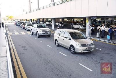 群众将车违规停放后,纵使进来机场接机。