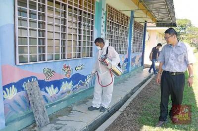 陈勇桦视察卫生局人员喷射杀蚊剂,根解决蚂蚁为患问题。