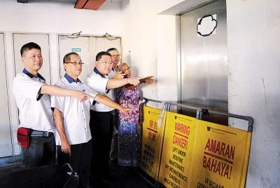 居民勒斯米向陈诠峰等投诉电梯经常发生故障,民民上下楼层不便。