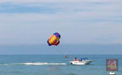 滑翔伞活动是峇都丁宜海滩卖点。