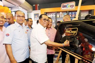 莫哈末嘉益士(左起)与卡立为平价商店imCoop主持开幕。