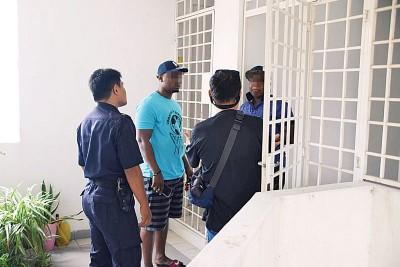 警方和黄氏业主(右2)向有关住户了解情况。